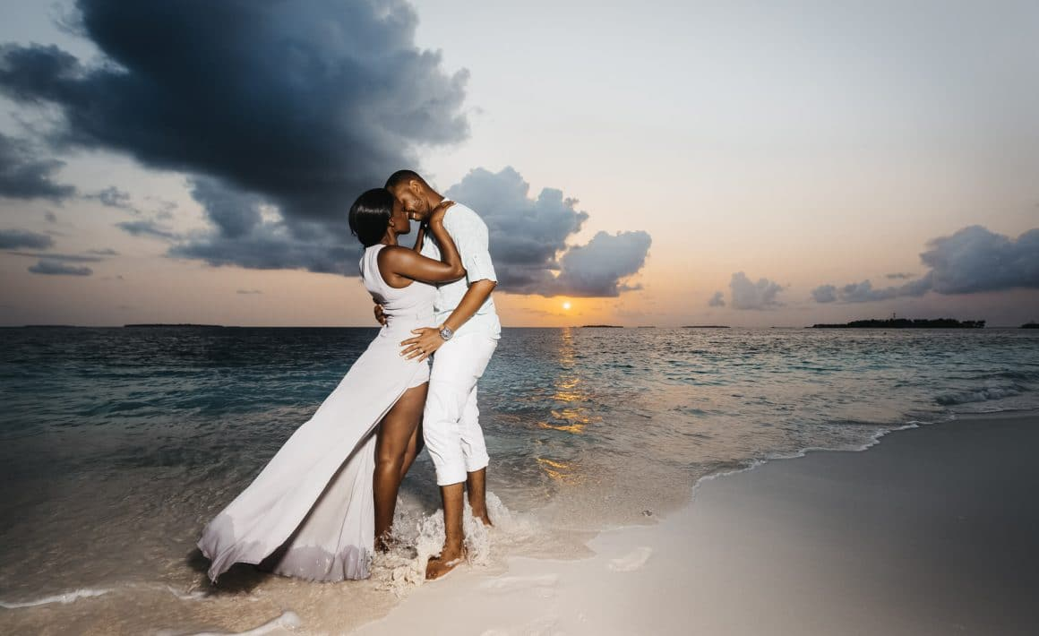 maldives romantic sunset couple photography